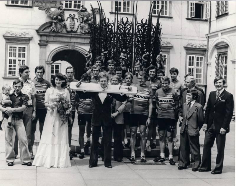 Svatba Jursová - Hejhal. Komplet cyklisté Dukly Brno, včetně Vlastíka MORAVCE, nemohli chybět!